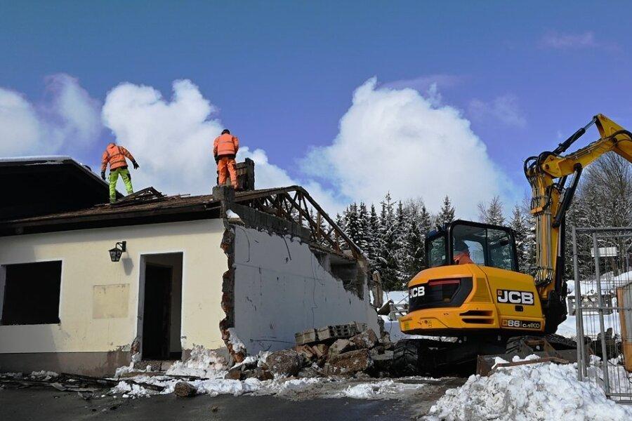 Sten Häberlein und Tino Kannegießer vom Sehmataler Bauhof bei den Abrissarbeiten am ehemaligen Feuerwehrdepot.