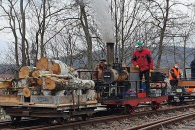 """Mit gleich zwei Draisinen rollen die Eisenbahnfreunde von Wolkenburg-Kaufungen durch das Muldental. Den Männern mit dem Faible für alte Technik ist einer von insgesamt acht Beiträgen in der Sendung """"Unser Dorf hat Wochenende"""" gewidmet."""