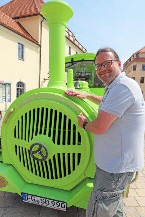 Fahrer David Matzig putzt die Silberstadtbahn für ihre diesjährige Premiere noch einmal heraus.