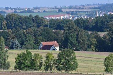 Idyllisch liegt Helsdorf mit Blick auf die Rochsburg (rechts im Bild). Aber eine Trinkwasserleitung fehlt.