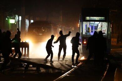 Demonstranten blockierten am Freitag eine Straße als sie gegen die Räumung eines besetzten Hauses protestierten.