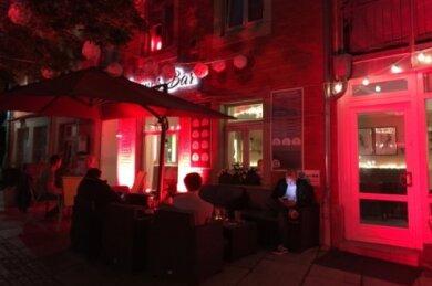 """Conny's Bar wurde kürzlich rot angeleuchtet, um auf """"Alarmstufe Rot"""" für die Veranstaltungsbranche hinzuweisen."""
