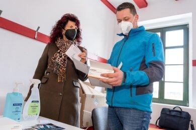 Bürgermeisterin Andrea Jedzig (links) und Philipp Kober von der Stadtverwaltung bei Vorbereitungen für das Schnelltestzentrum Treuen, das am Mittwoch in der Goethehalle eröffnet wird.Foto: David Rötzschke