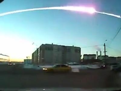 Über Tscheljabinsk ist der glühende Schweif des Meteoriten zu sehen.