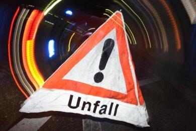 Ein verloren gegangener Schrank hat am Samstagnachmittag einen Unfall auf der Autobahn 72 bei Hartenstein ausgelöst.