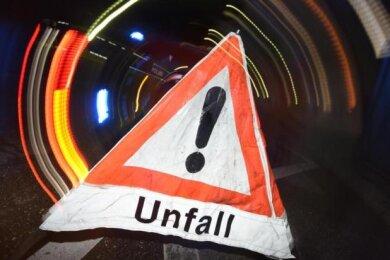 In Werdau haben sich am Mittwoch zwei Verkehrsunfälle ereignet, bei denen eine Frau(24)leicht verletzt und vier Fahrzeuge beschädigt wurden.