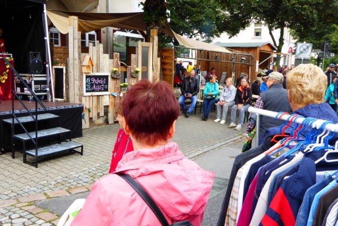 Auf die Besucher des 18. Straßenfestes auf der Rudolf-Breitscheid-Straße in Flöha warteten am Sonnabend neben Imbiss- und Flohmarktständen auch Präsentationen von Vereinen und Einrichtungen sowie Livemusik - hier begrüßt Sängerin Conny Schmerler aus Flöha ihr Publikum.