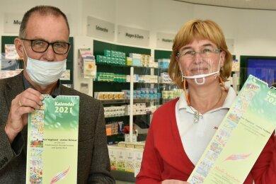 Schulleiter Frank Richter und Apothekerin Constanze Süßdorf-Schönstein mit dem Benefizkalender.