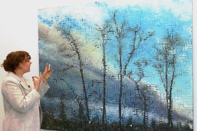 """Galeristin Konstanze Wolter vor der Arbeit """"As One Sees"""" des dänischen Künstlers Jeppe Lauge, die der aktuellen Ausstellung der Galerie E. Artis den Titel gab. Die Schau in den Räumen an der Theaterstraße ist bis zum 9. Juli zu sehen, kann aber, solange die coronabedingten Einschränkungen gelten, auch bei einem Online-Rundgang im Internet betrachtet werden."""