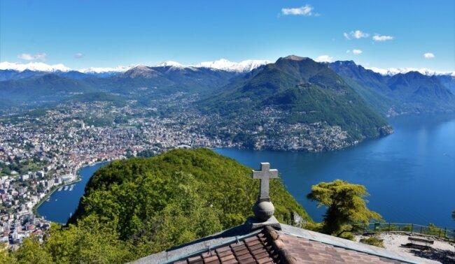 Grandioses Panorama: Blick vom Monte San Salvatore auf Lugano und den Luganer See. Irgendwo im Grün und Blau verläuft die Grenze zu Italien.