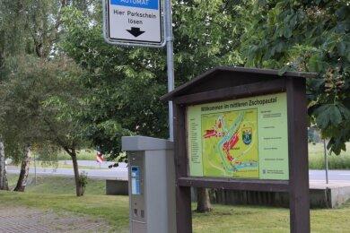 Auf dem Wanderparkplatz an der Eisenbahnbrücke in Braunsdorf kostet das Tagesticket ab August 4 Euro.
