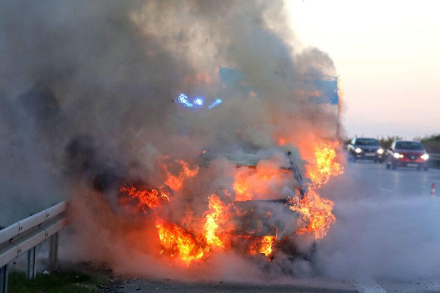 Ein Mercedes brannte auf der A 4 bei Hohenstein-Ernstthal aus.