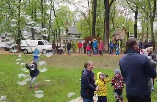 Am Himmelfahrtstag kamen rund 100 Leute in den Schwanenteichanlagen in Mittweida zusammen. Ein Video bei Youtube zeigt das Kinderfest, mitten im Park steht auch ein weißer Transporter.