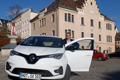 Uwe Gleißberg mit dem neuen E-Auto der Hohenstein-Ernstthaler Stadtverwaltung. Die flotte Französin wird gern genutzt.