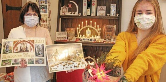 Mitarbeiterin Birgit Hansen (links) und die Bundesfreiwillige Fabia Kaiser präsentieren Weihnachtliches im Domladen.