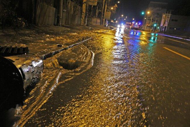 Im Bereich Reichenbacher Straße in Zwickau kam es am Dienstagabend zu einem Wasserrohrbruch.