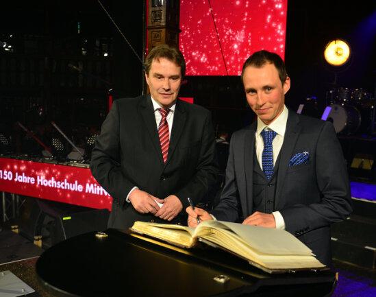 Eric Frenzel hat sich im Mai 2017 bei den Feierlichkeiten zum 150. Hochschuljubiläum in Mittweida ins Ehrenbuch der Stadt eingetragen.