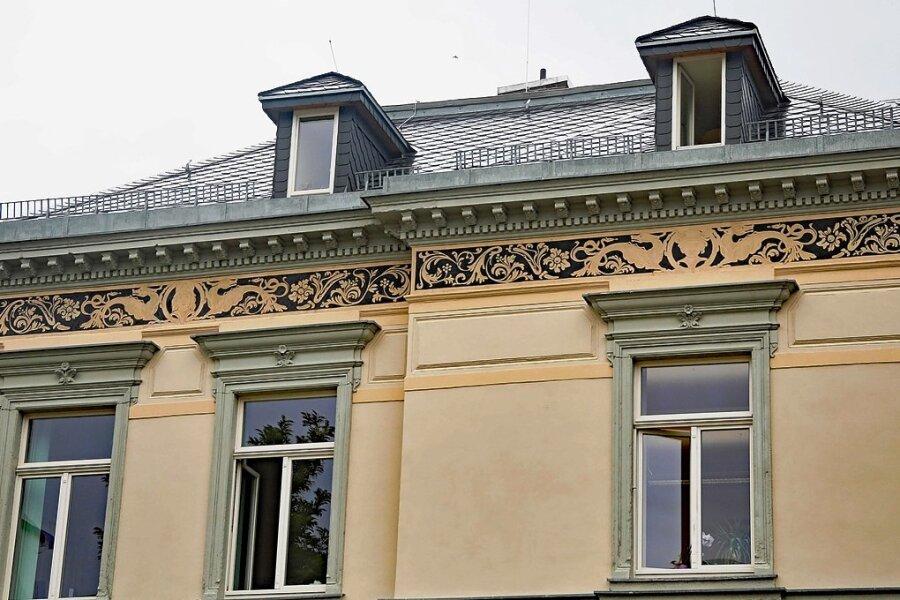 An den Fassaden der ehemaligen Krügelstein-Villa zur Unteren Holzstraße und zur Bahnhofstraße ist der historische Fries wieder hergestellt.