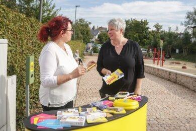 Straßenwahlkampf in Neukirchen: Ulrike Harzerund Monique Woiton (rechts) wollen für die FDP in den Bundestag einziehen.