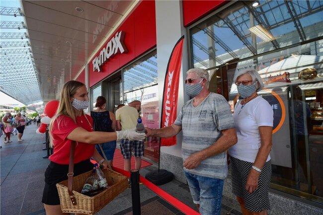 Bei Temperaturen über 30 Grad hat TK-Maxx am Donnerstag eine neue Filiale im Chemnitz-Center eröffnet. Wartende Kunden erhielten Wasser zur Abkühlung.