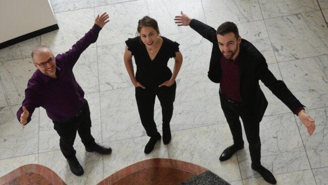 Studioleiter Dan Ratiu (links) mit seinen ersten beiden Schützlingen. Marlen Bieber und Felix Rohleder erhalten im Opernhaus nicht nur eine praktische Ausbildung neben ihrem Studium, sondern dürfen sich auch auf der Bühne ausprobieren.