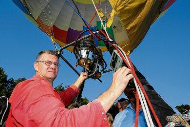 Dank der heißen Luft, die aus den beiden Brennern kommt, hebt der Ballon ab. Johannes Reichert hatte auch am Samstag die Technik genau im Blick.
