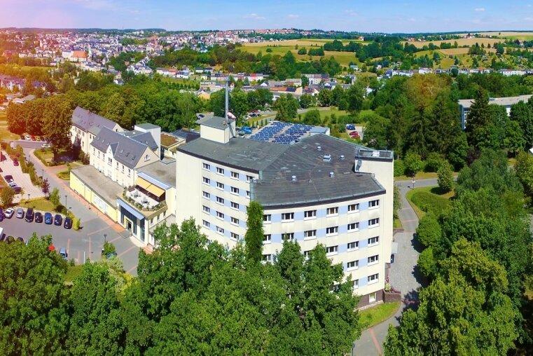 Paracelsus beschäftigt bundesweit 4500 Mitarbeiter. Die Klinik in Reichenbach (im Bild) gehört mit 336 Beschäftigten, das Medizinische Versorgungszentrum mit gerechnet, zu den kleinen Standorten. In Zwickau sind es 440 und am Doppelstandort Adorf/Schöneck 490 Mitarbeiter.