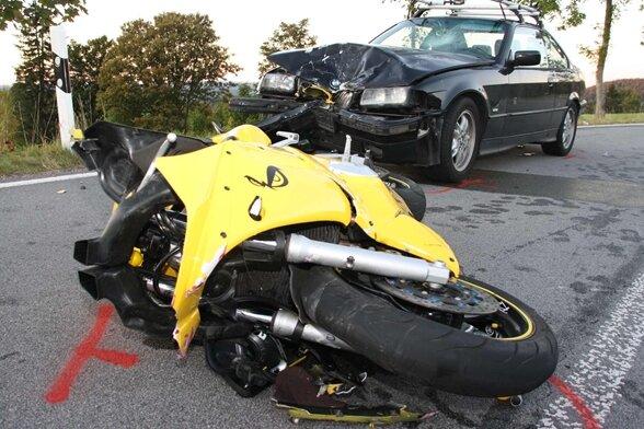 Zwischen Eibenstock und Wildenthal auf der Staatsstraße 275 war am Sonntagnachmittag ein 42-jähriger Motorradfahrer in einer Kurve auf die Gegenfahrbahn geraten und frontal mit einem BMW zusammengestoßen