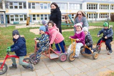 """Für die Kinder der Kita """"Regenbogen"""" mit ihren Erzieherinnen Jaqueline Petzold (links) und Susann Schneider steht bald ein Umzug in die neue Kindertagesstätte in der Elsteraue an. 2021 soll sie fertig sein."""