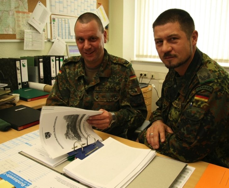 """<p class=""""artikelinhalt"""">Major Markus Hirschmann (links) bereitet seinen Nachfolger Major Michael Otto Scherner auf den Dienst als stellvertretenden Bataillonskommandeur bei den Marienberger Jägern vor.</p>"""
