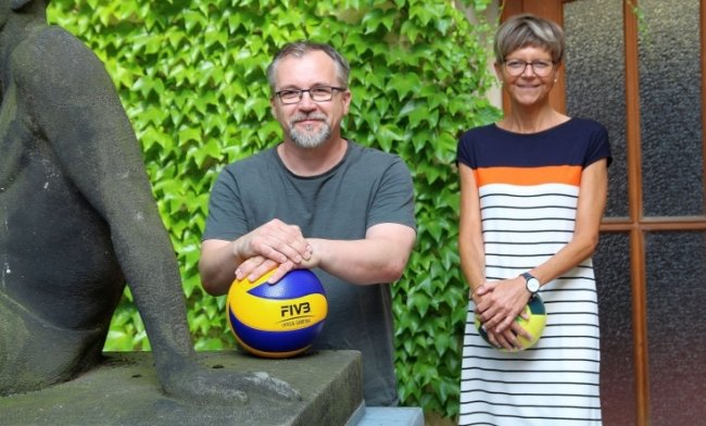 Ulrike Lemberg, die für die Organisation der Angebote des WHZ-Sports zuständig ist, und Kendo-Lehrer Holger Welt.