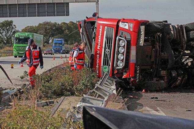 Ein 52-jähriger Lkw-Fahrer ist am Dienstag auf der A4 nahe Meerane bei einem Unfall gestorben.