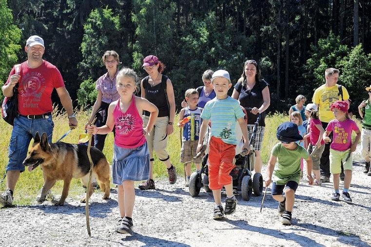 """Zur 33. Triebeltal-Wanderung """"Rindimmedim im Triebel rim"""" schnürten gestern 696 Teilnehmer die Schuhe. Auch viele junge Teilnehmer - hier bei der Kinderwanderung - waren unterwegs."""