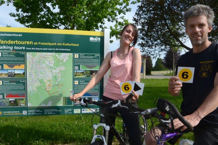 Julia Graf von der Auerbacher Tourist-Information und Marktmeister Jan Gabriel bringen die neuen Wandermarkierungen an.