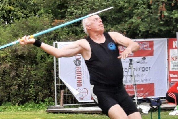 """Hier ist Klaus Dreßel beim Speerwurf zu sehen. Im Werfer-Zehnkampf kommen neben den klassischen aber auch """"exotische"""" Wurfgeräte zum Einsatz."""