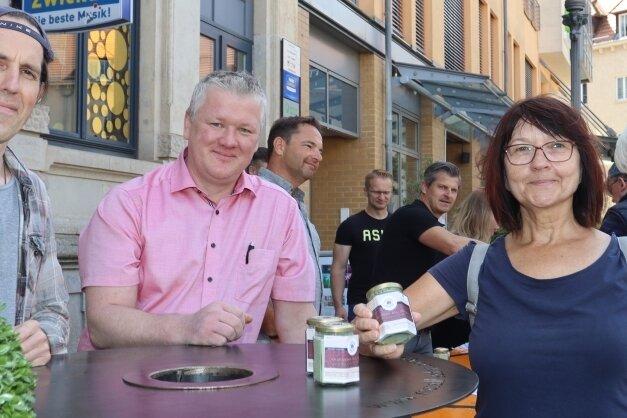 Matthias Werler (links) und Marcus Otto gehören zu den Köchen, die die 500Suppen kostenlos gekocht haben. Edeltraud Gehmlich findet die Spendenaktion klasse und hat sich gern beteiligt.