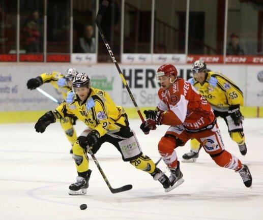 Timo Gams (l.), hier im Trikot der Baureuth Tigers, läuft künftig für die Eispiraten Crimmitschau auf.