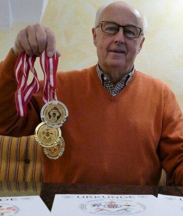 Stolz präsentiert der Zschopauer seine WM-Medaillen.