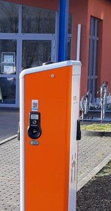 Eine neue Elektroladesäule vor der Zschopauer Schwimmhalle.