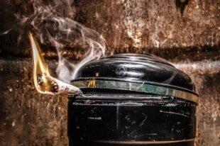 """Das Thema Sterben humoristisch aufgegriffen: Urnen und Zigaretten spielen in """"Sarg niemals nie"""" eine wichtige Rolle."""