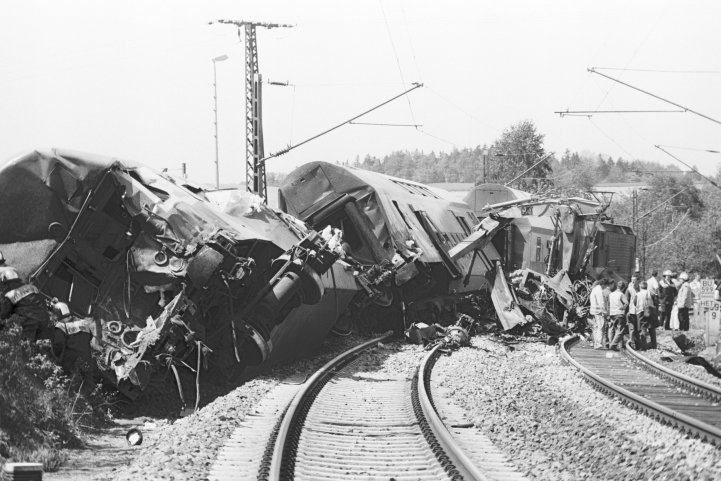 Ein Bild der Zerstörung bot sich am 23. Mai 1995 nach dem Unglück auf den Bahngleisen.