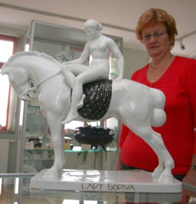 """<p class=""""artikelinhalt"""">Brigitte Gehrmann bewundert """"Lady Godiva"""", gefertigt aus Fraureuther Porzellan.  </p>"""