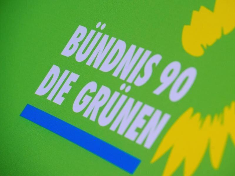 Das Logo von Bündnis 90/Die Grünen steht auf einem Aufsteller der Partei.
