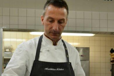 Wenn schon Gemüse, dann mit Beilage: Der Brandenburger Chefkoch Matthias Kleber garniert einen Salat mit gebratener Forelle.