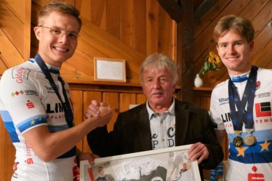 Auch die frisch gebackenen Medaillengewinner der Junioren-Europameisterschaft Felix Groß (links) und Moritz Kretschy waren gekommen, um Trainer Klaus Fischer zum 70. Geburtstag zu gratulieren.