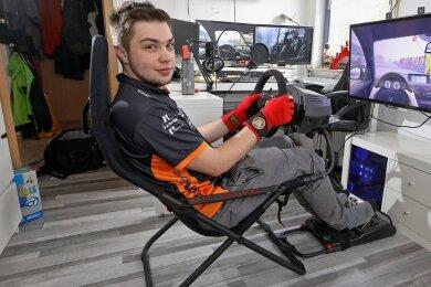 Rennfahrer Max Günther trainiert zu Hause am Simulator für seine Einsätze beim Langstreckenrennen am Nürburgring.
