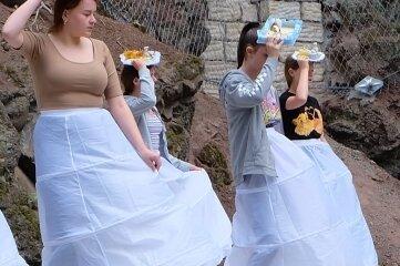 Elisabeths Hofstaat stand bei der Probe teilkostümiert mit Reifunterröcken auf der Neuwürschnitzer Waldbühne. Die vollständigen Kostüme bleiben jedoch bis zu den Kostümproben kurz vor der Aufführung unter Verschluss.