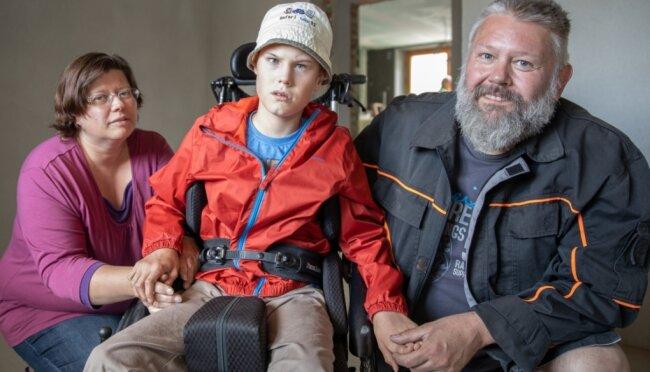 """Silke und Helge Krauß leben mit ihrem schwerstbehinderten Sohn Julian in Crottendorf. Ihre Wohnsituation ist schwierig. Doch dank der enormen Spendenbereitschaft bei """"Leser helfen"""" wird das Erdgeschoss behindertengerecht ausgebaut. Erste Räume will die Familie noch in diesem Jahr beziehen."""