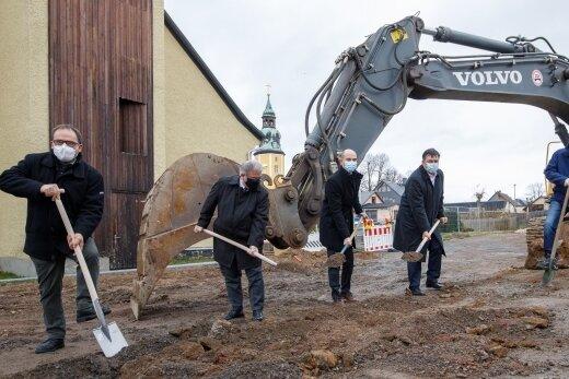 Nach dem Abriss des alten Hortgebäudes beginnt der Tiefbau. Beim Spatenstich waren dabei: Pfarrer Stephan Schmidt-Brücken, Landrat Frank Vogel, Bürgermeister Michael Staib, Architekt Bert Hoffmann und Bauamtsleiter André Bergmann.