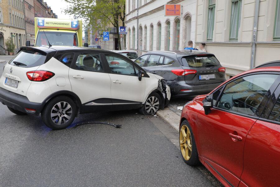 Mann kollidiert mit geparkten Autos